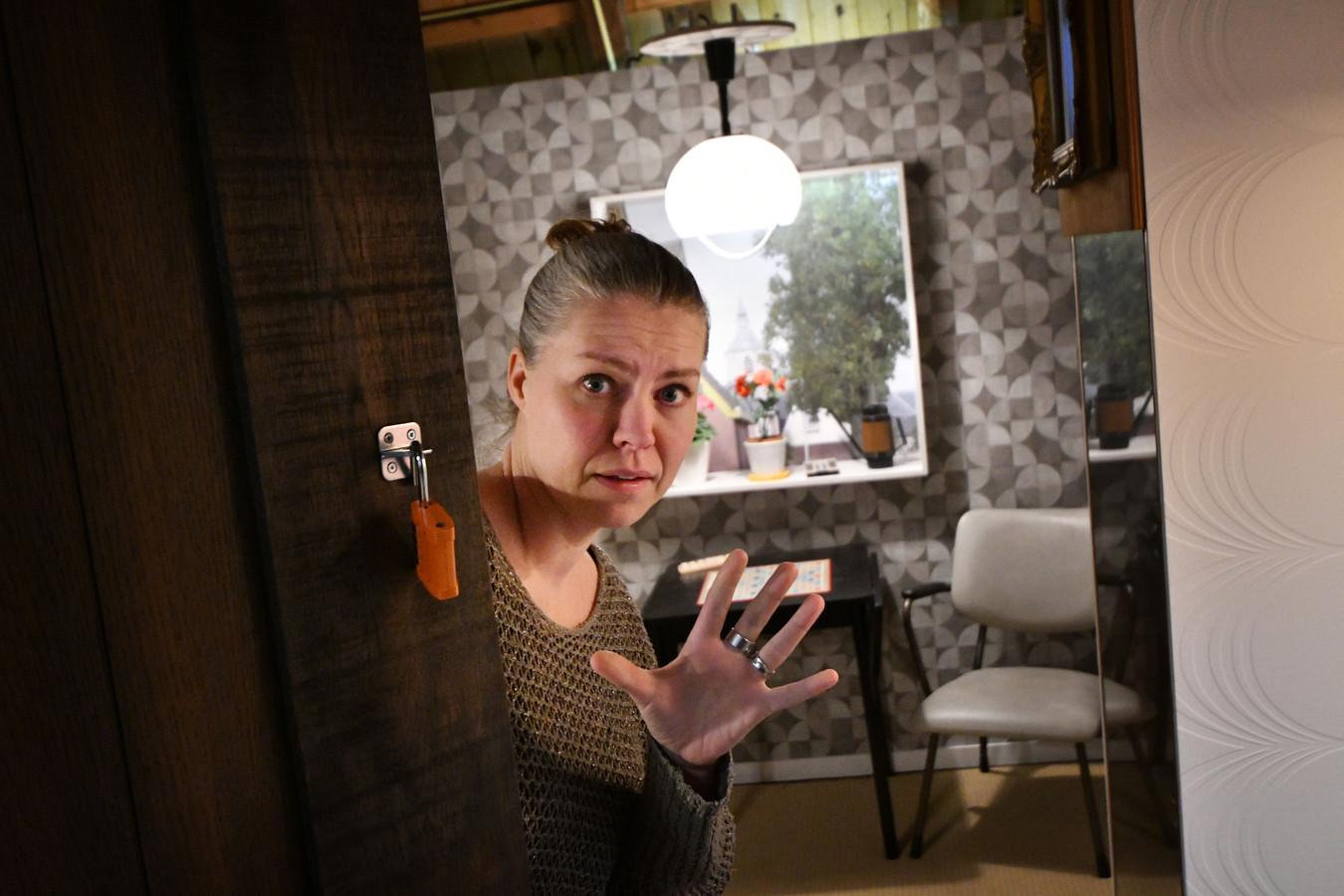 Educatief medewerker Daniella van der Stelt ergens in de escape room op de zolder van Het Palthe Huis. Komende zaterdag wordt de eerste groep verwelkomd.