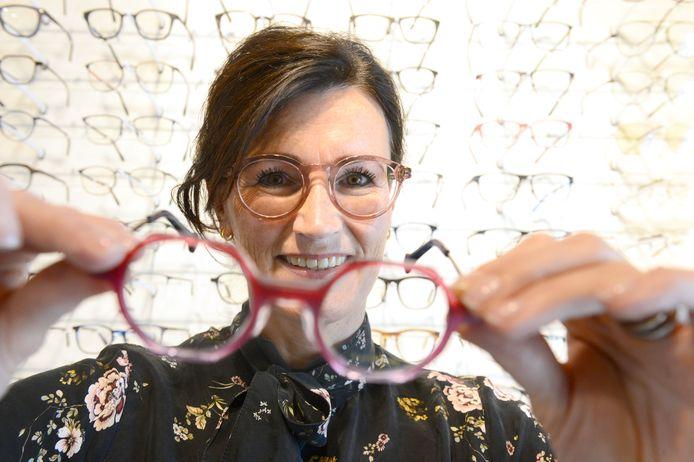Susan Schelfhout van Ter Braak Optiek, in de winkel die zich al sinds 1948 op dezelfde plek bevindt.
