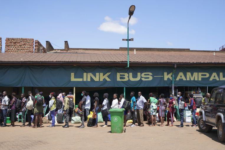 Aanschuiven voor de bus in de hoofdstad Kampala. 'Coronavirus? Ik heb gehoord dat dat zoiets is als de griep.'  Beeld Michele Sibiloni