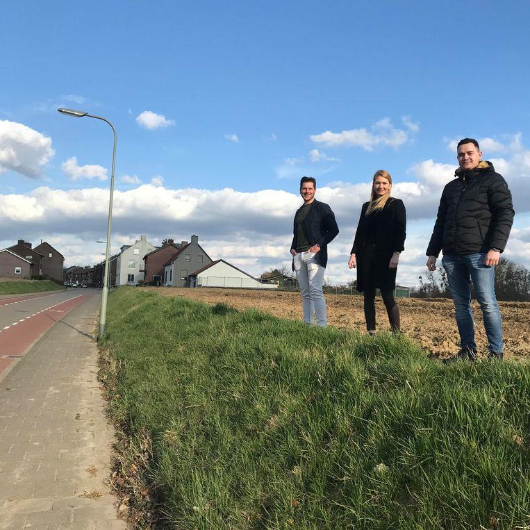 Van links naar rechts: Jos Corten, Kim en Thom Lindenlauf op de landbouwgrond waar ze hun eigen huizen hopen te bouwen. Beeld Beeld: Kaya Bouma