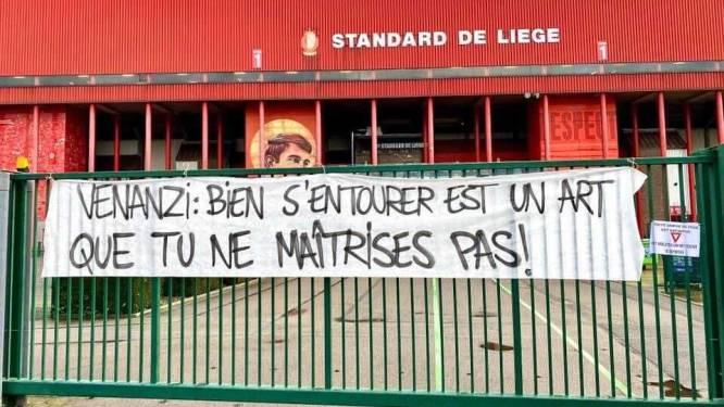 """Fans Standard uiten ongenoegen met spandoeken aan poorten Sclessin: """"Montanier, ga weg!"""""""