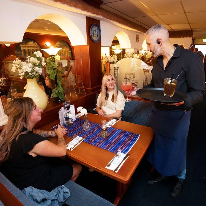 Eigenaar Michalis van van restaurant Orestis leidt de bediening.