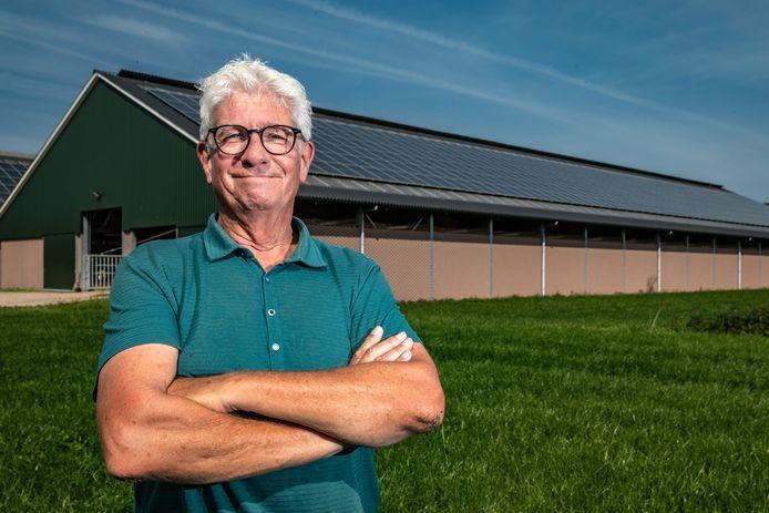 Jan Koolschijn staat bij de boerderij van de Lochemse Herbert Kupper. Hoe deze boer vele zonnepanelen op zijn schuurt heeft geplaatst vindt Koolschijn een goed voorbeeld van hoe je groen stroom kunt opwekken zonder het landschap te verpesten.