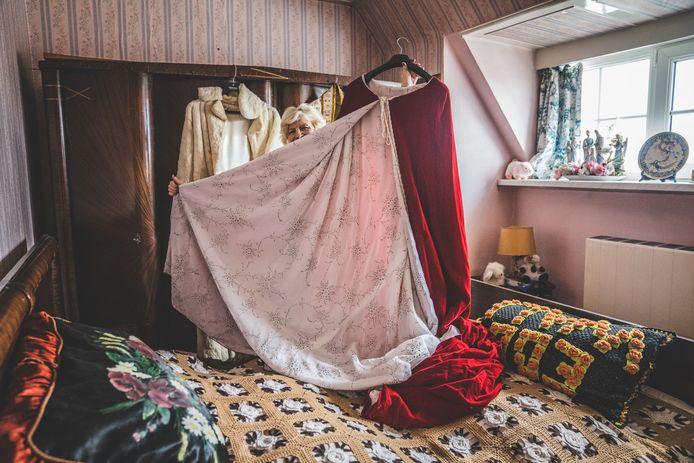 Marina Wally in februari in haar oude meisjeskamer met één van haar fameuze capes.