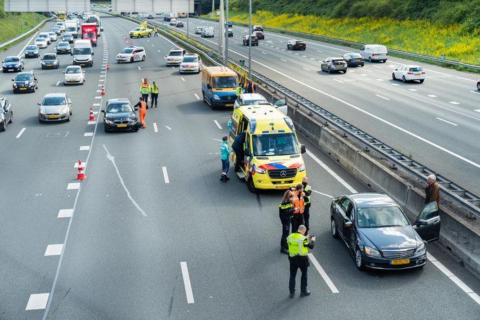 Veel vertraging ontstond na het ongeval op de A27 bij Utrecht.