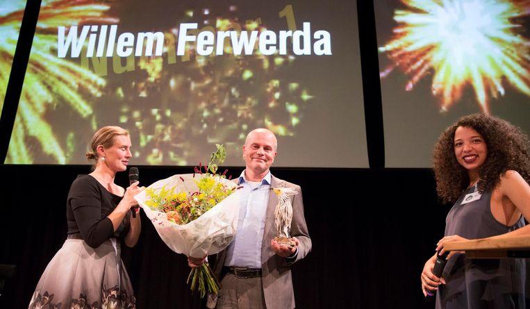 Presentator Natasja van den Berg, winnaar Willem Ferwerda en juryvoorzitter Lynn Zebeda bij de prijsuitreiking. Beeld Werry Crone