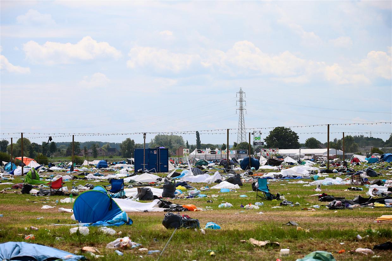 Het lijkt wel een slagveld: een verlaten camping vol achtergelaten kampeermateriaal en vuilnis na afloop van Rock Werchter.  Beeld Tomas Sisk/Photo News