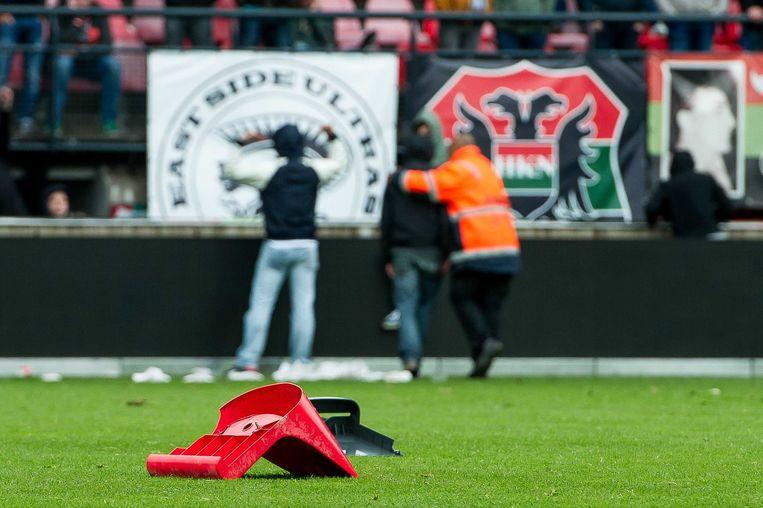 Boze NEC-supporters hebben een stoel op het veld gegooid na afloop van de wedstrijd tegen Sparta Rotterdam. Beeld anp