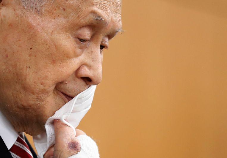 Voorzitter Yoshiro Mori betuigt spijt tijdens een persconferentie.  Beeld AP