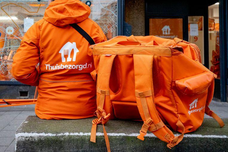 Jassen van Thuisbezorgd.nl en Deliveroo worden verkocht op internet aan mensen die de avondklok willen omzeilen door zich voor te doen als maaltijdbezorger. Beeld BSR Agency