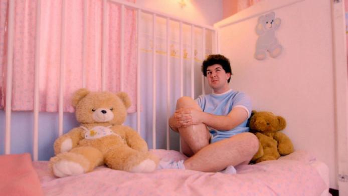 Volwassen mannen hebben volgens 'mama Sarah' vaak nog fantasieën om als baby behandeld te worden.