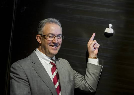 Burgemeester Aboutaleb met zijn miniatuur-evenbeeld.