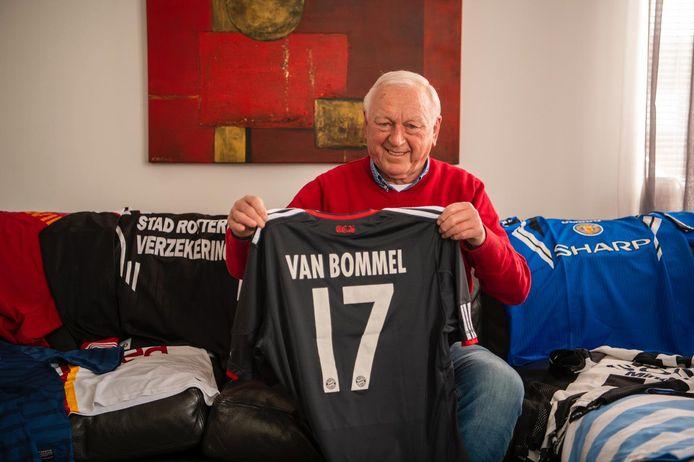Voormalig scheidsrechter en UEFA-waarnemer Cees Bakker met het Bayern München-shirt van Mark van Bommel. \