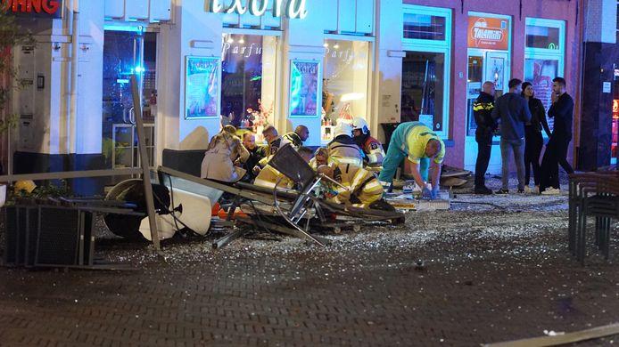 Hulpverleners ontfermen zich over de slachtoffers van de terrasaanslag in de Keizerstraat in Deventer.