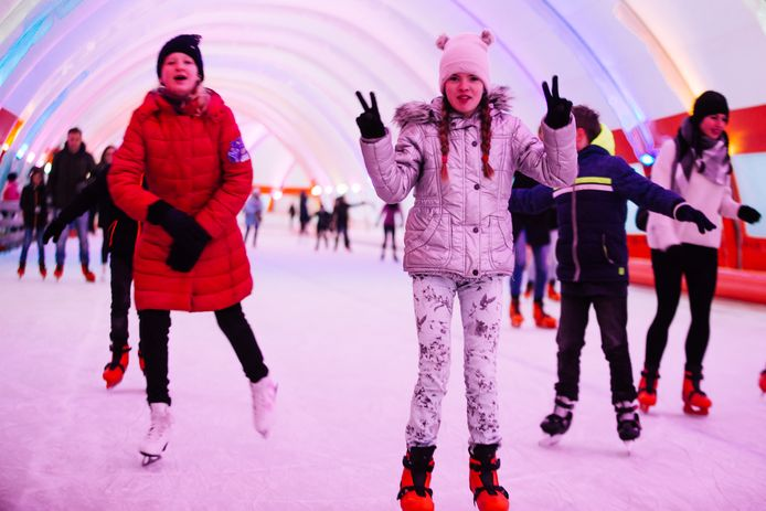 Kinderen maken rondjes op de schaatsbaan in Kralingen.