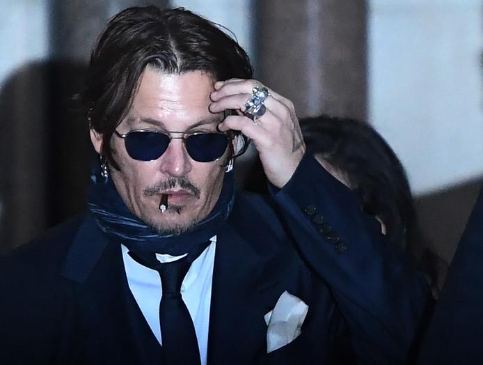 Johnny Depp terwijl hij de Londense rechtbank verlaat.