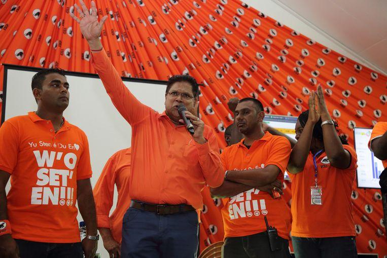 Oppositieleider Chan Santokhi van de VHP viert de zetelwinst in het partijcentrum. De NDP-partij van president Desi Bouterse lijkt aan de verliezende hand te zijn bij de parlementsverkiezingen in Suriname. Beeld ANP / Ranu Abhelakh