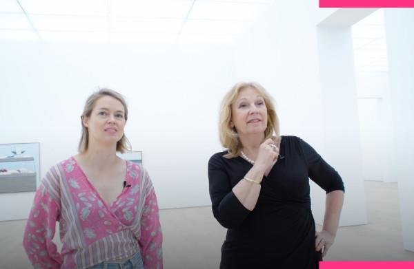 Lisa kijkt samen met Janny van der Heijden naar de **taarten** van Thiebaud
