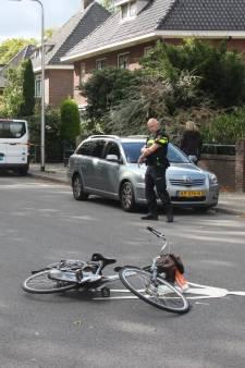 Auto rijdt door na aanrijding in Almelo, politie zoekt bestuurder