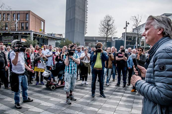 Hans Smolders spreekt de aanwezigen toe bij een manifestatie afgelopen zaterdag waar werd gepleit voor een coalitie mét Smolders.