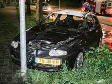 Brandende auto botst tegen lantaarnpaal in Ede