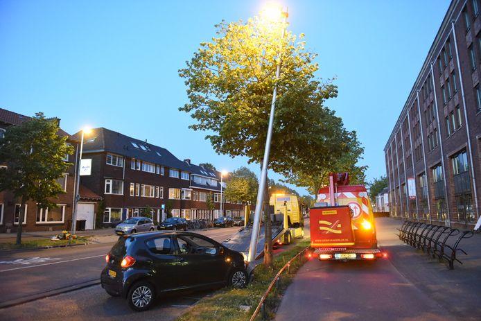 De auto is op een lantaarnpaal in Utrecht geklapt.