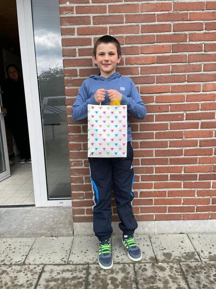Lucas (9) kreeg vanmiddag al bezoek van de politie van Lier om hem te bedanken. Hij kreeg naast felicitaties ook een goodiebag cadeau.