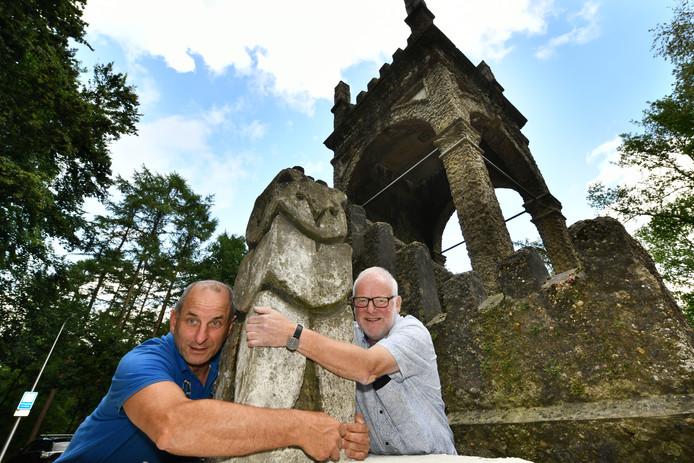 De teruggevonden uil wordt gekoesterd door KeesJan Spijker (r) en Jos Rams van de Historische Vereniging Leersum.