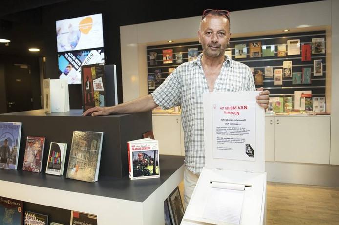 Diederik Grootjans bij de postbus in de bibliotheek. foto Bert Beelen