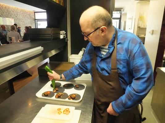 Pascal Depoorter dresseert de brownies met de grootste zorg.