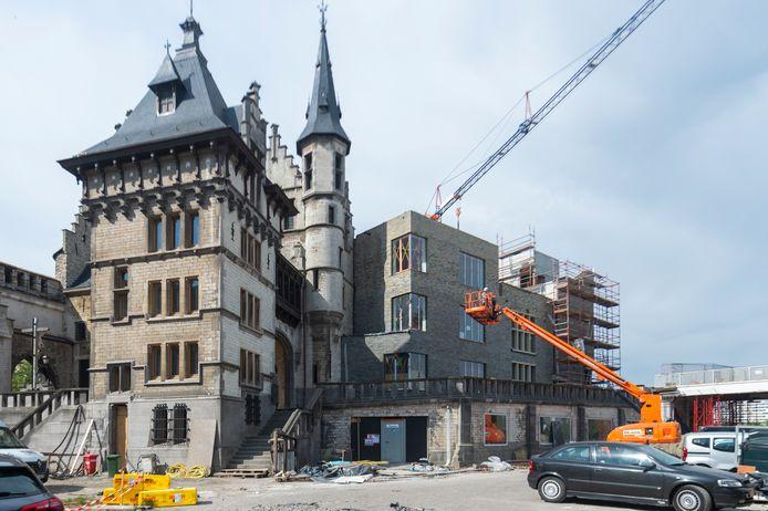 Het Steen in Antwerpen heeft er een nieuwe aanbouw bij, en die valt niet in de smaak bij veel Antwerpenaars.