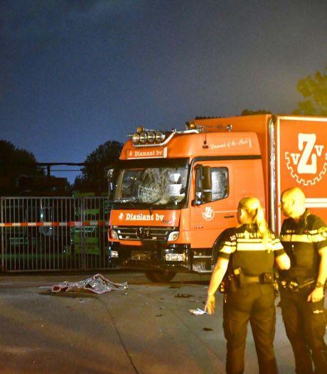 Brommer botst met vrachtwagen in Woerden: twee zwaargewonden