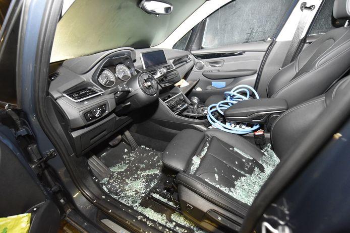 Een BMW waarbij een deel van het interieur is gestolen.