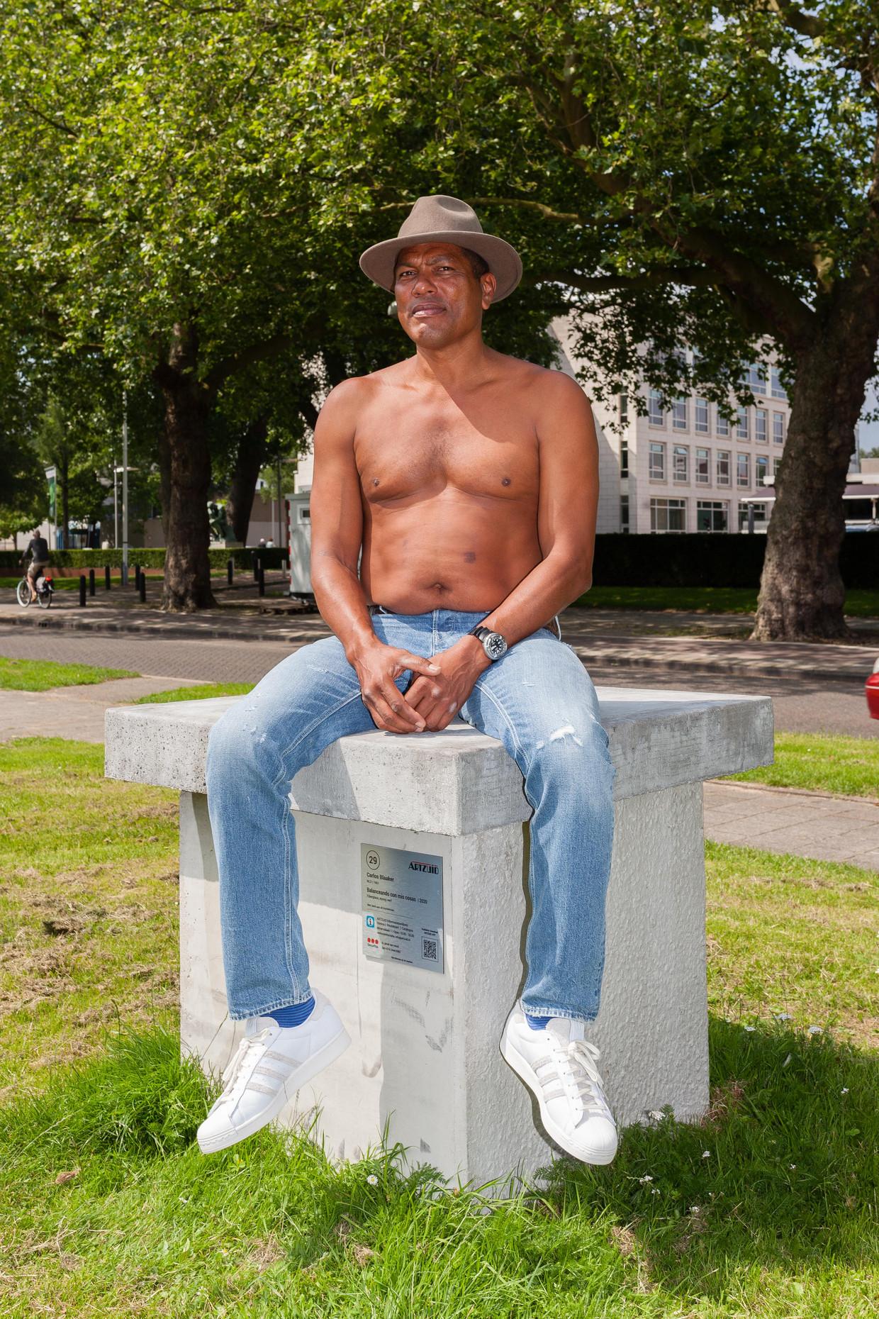 Carlos Blaaker op de nog lege sokkel op de Minervalaan waar zijn beeldhouwwerk tijdens ArtZuid had moeten staan. Beeld Nina Schollaardt
