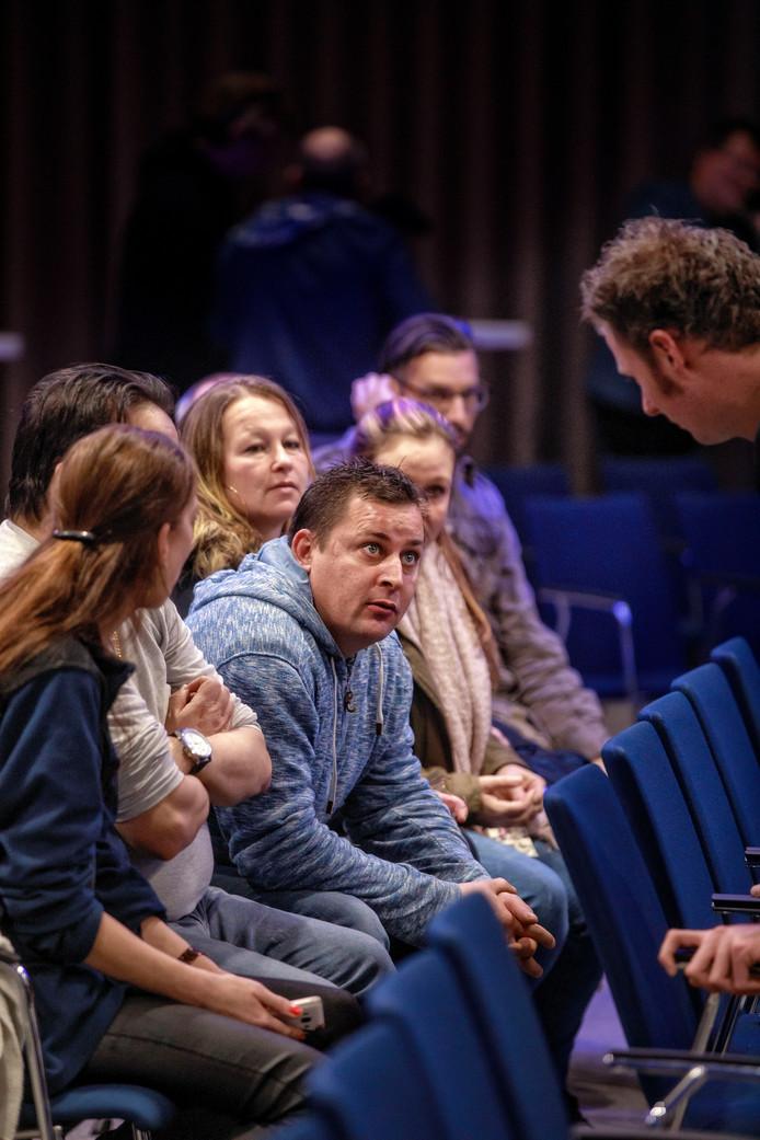 Slachtoffers van de chroom-6 affaire tijdens de raadsvergadering over de regeling in het Willem II-stadion.