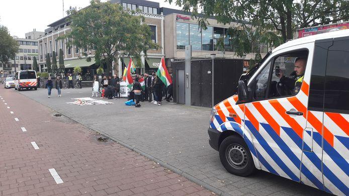 Politie houdt een oogje in het zeil bij de Koerdische demonstratie op het Gele Rijdersplein in Arnhem.
