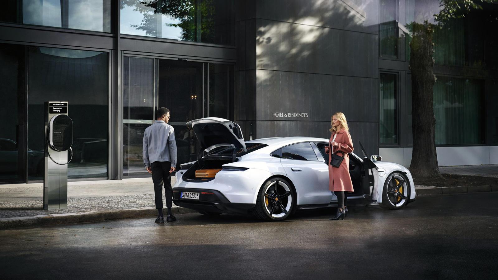 Porsche gaat 2000 laadpalen plaatsen in Europa, waar eigenaren van een hybride of elektrische Porsche gratis terechtkunnen.