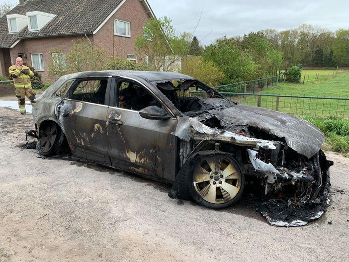 De elektrische auto die volledig uitbrandde in Vught.