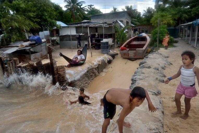 Rijzend water in Kiribati. Beeld Kadir van Lohuizen
