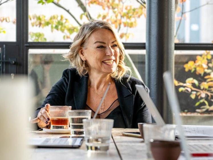 """""""Waarom val ik altijd op foute mannen?"""" 6 nieuwe inzichten over moderne liefde van relatietherapeute Esther Perel"""