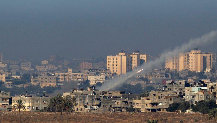 Een raket vertrekt vanop de Gazastrook naar Israël. Beeld REUTERS