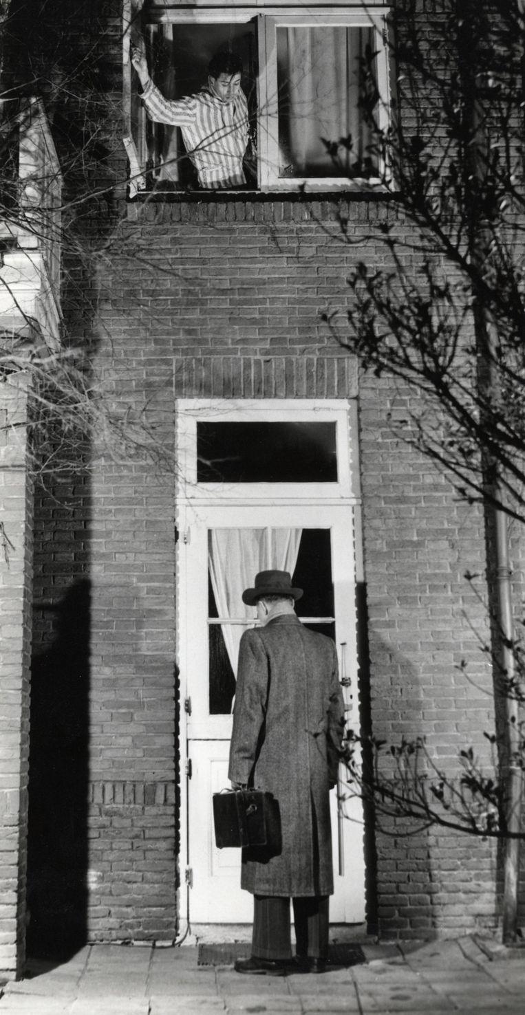 Een huisarts brengt een huisbezoek, ergens in de jaren vijftig.  Beeld HH