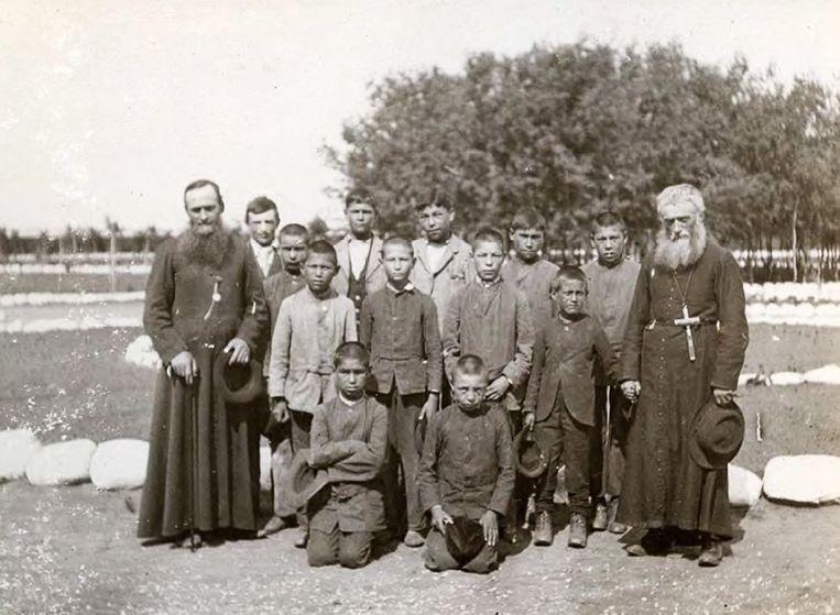 Katholieke priesters en leerlingen op de St. Michael's Indian Residential School in Saskatchewan, 1900. Beeld EPA