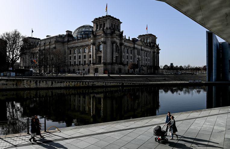 De  Bondsdag in Berlijn,Het Duitse parket  heeft op 25 februari 2021 een man die door een aannemer was ingehuurd aangeklaagd voor activiteiten als buitenlandse agent. De man zou de blauwdrukken van het Reichstag-gebouw, de Bondsdag hebben doorgegeven aan een agent van de Russische inlichtingendienst. Beeld EPA