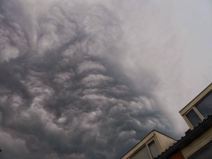 Naderend onweer boven het huis van Remers in Reeuwijk.