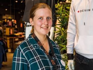 """Ondanks beperking werkt Ellen (24) maand lang als jobstudent in kledingwinkel: """"Maar zelf gaan shoppen, dat doe ik niet!"""""""