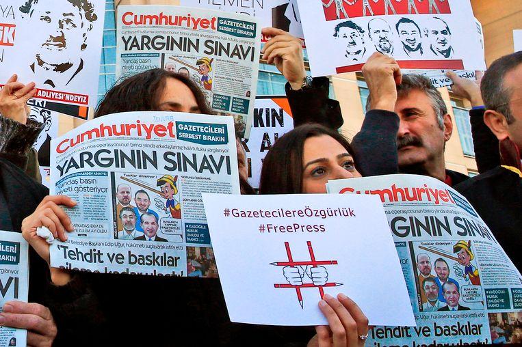 Demonstranten houden pamfletten met daarop de krant Cumhuriyet afgedrukt omhoog tijdens een protest, oktober 2017. Beeld AP