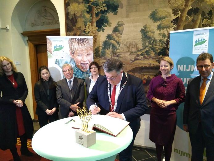 Burgemeester Bruls tekent het Boek van Nijmegen.