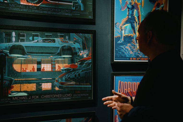 De Brusselse ontwerper Laurent Durieux maakt alternatieve posters voor films allerlei. Hier toont hij zijn werk voor 'Back to the Future'.  Beeld Wouter Van Vooren