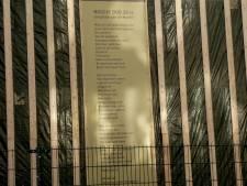 Vaandel met gedicht op ingestort Pearlepand zichtbaar